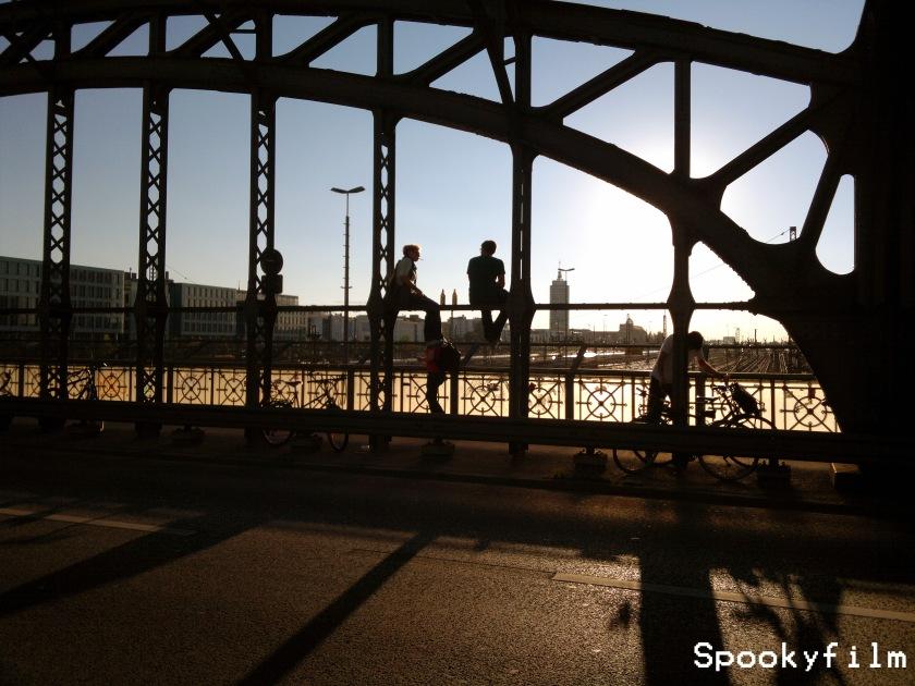 Aggressive Gemütlichkeit auf der Hackerbrücke