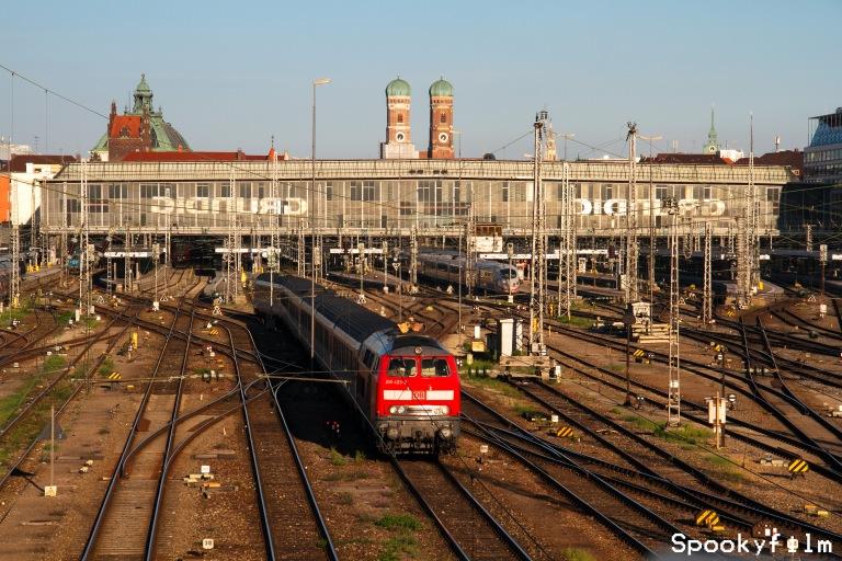 Münchner Hauptbahnhof mit Frauenkirche und Justizpalast