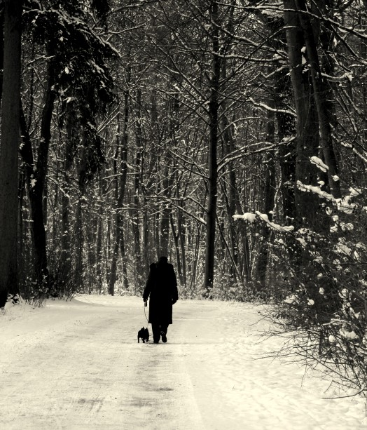 Frau_mit_Hund_im_Schnee