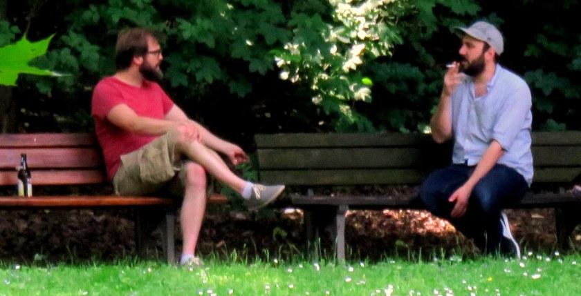 Auf den ersten Blick: zwei Hippster: rauchen, Bier trinken, Männergespräche...